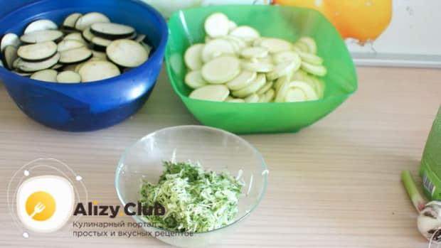 По рецепту. для приготовления белого соуса, смешайте майонез и огурцы