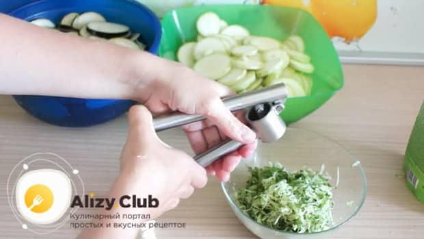 По рецепту. для приготовления белого соуса, пропустите чеснок через пресс