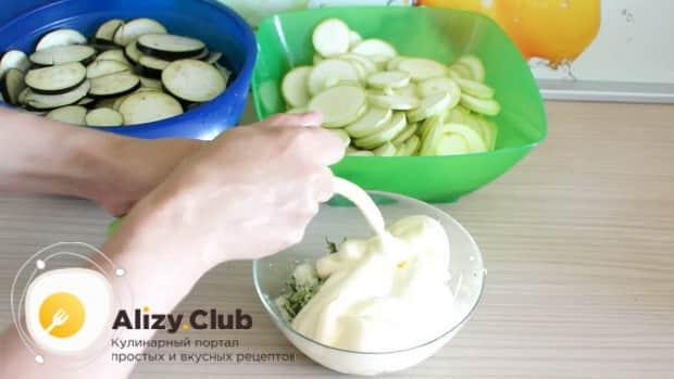 По рецепту. для приготовления белого соуса, смешайте все ингредиенты.