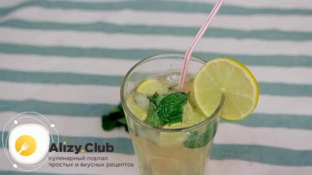 Для приготовления алкогольного мохито в домашних условиях, по рецепту нужно бокал украсить лаймом