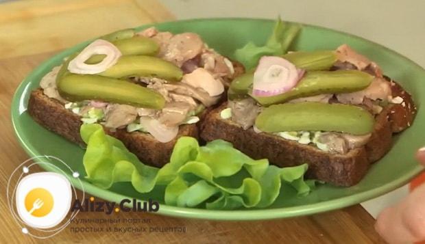Вкусные бутерброды с печенью трески готовы