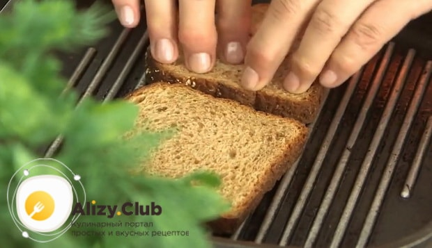 Для приготовления бутербродов с печенью трески и яйцами обжарьте хлеб