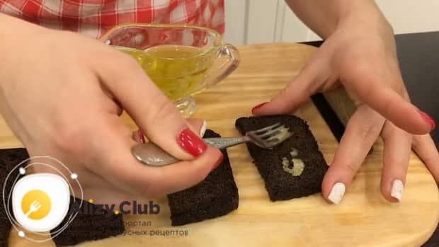 Как приготовить бутерброды со шпротами и чесноком