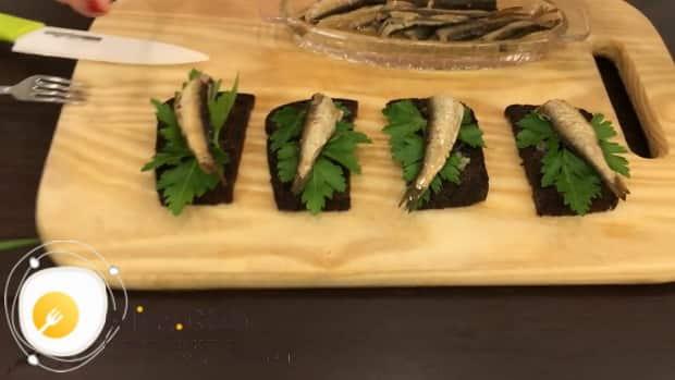 Как приготовить бутерброды со шпротами с черным хлебом
