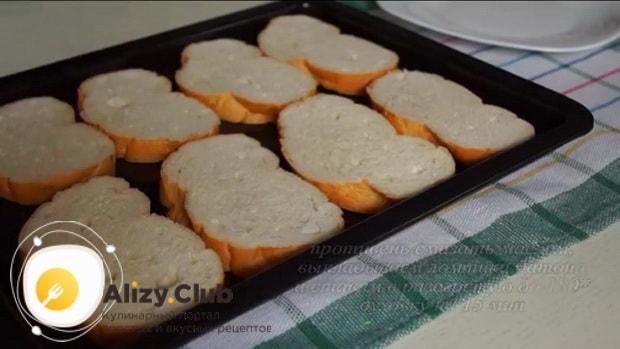 Для приготовления бутербродов со шпротами и яйцом. нарежьте хлеб.