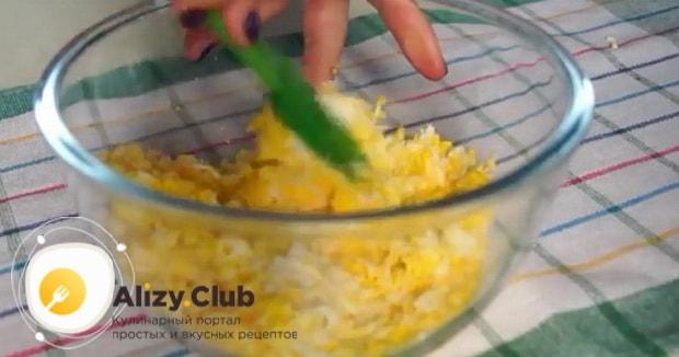 Для приготовления бутербродов со шпротами и яйцом. натрите яйцо