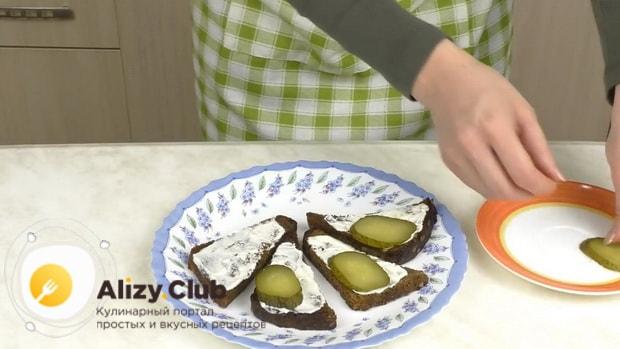 Для приготовления бутербродов со шпротами и помидорами выложите ингредиенты на хлеб