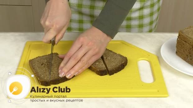 Для приготовления бутербродов со шпротами и помидорами нарежьте хлеб