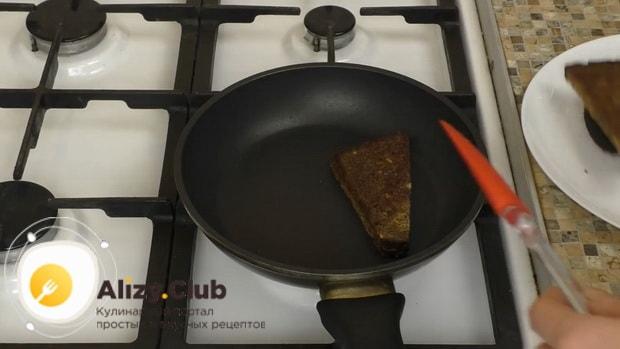 Для приготовления бутербродов со шпротами и помидорами обжарьте хлеб