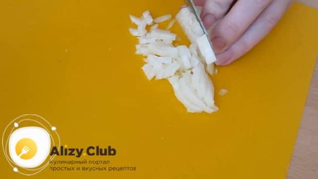 Для приготовления салата с квашеной капустой и картошкой нарежьте лук