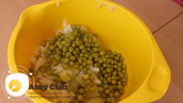 Для приготовления салата с квашеной капустой и картошкой соедините ингредиенты