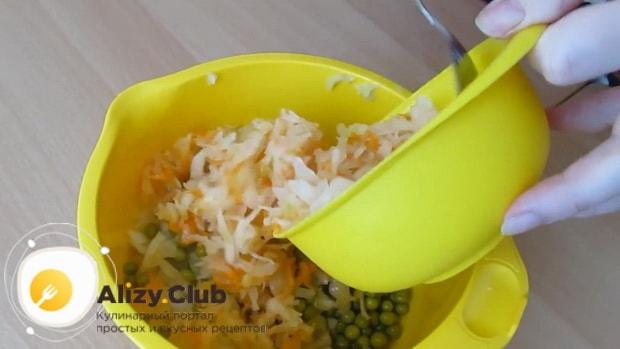 Для приготовления салата с квашеной капустой и картошкой подготовьте все ингредиенты