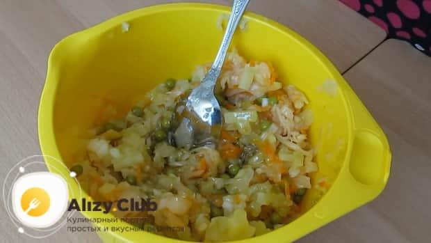 Вкусный салат с квашеной капустой и картошкой готов