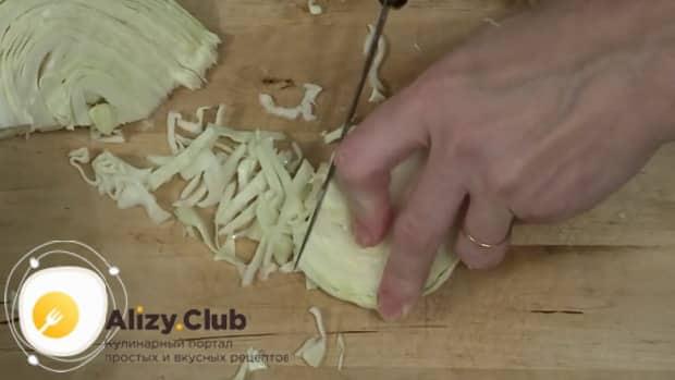 Для приготовления салат из квашеной капусты с яблоком, нарежьте капусту