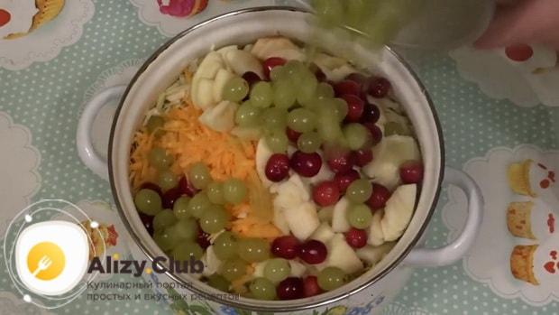 Для приготовления салат из квашеной капусты с яблоком, смешайте ингредиенты