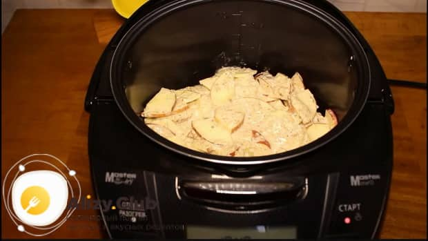 По рецепту. для приготовления шарлотки с яблоками в мультиварке, выложите ингредиенты в чашу