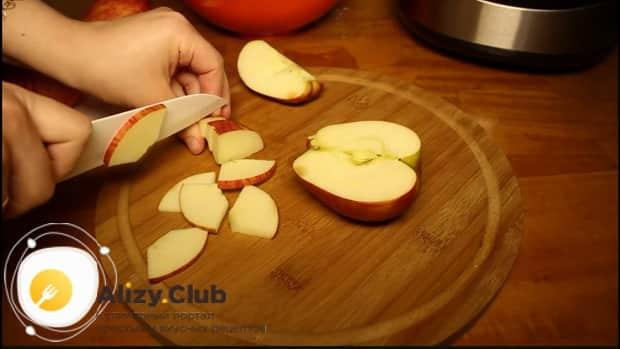 По рецепту. для приготовления шарлотки с яблоками в мультиварке, нарежьте яблоки