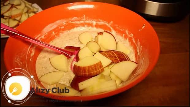 По рецепту. для приготовления шарлотки с яблоками в мультиварке, смешайте ингредиенты