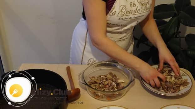 Для приготовления классического холодца по простому рецепту, нарежьте мясо