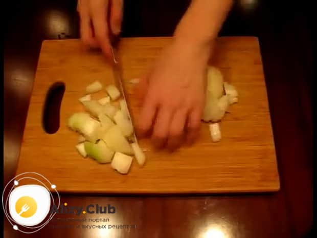 По рецепту фаршированной щуки запеченной в духовке, нарежьте лук