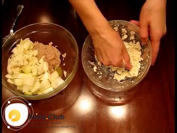 По рецепту фаршированной щуки запеченной в духовке, перемешайте ингредиенты