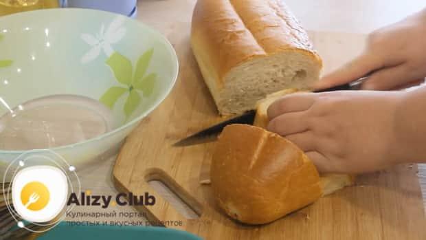 Для приготовления фаршированной щуки, нарежьте хлеб