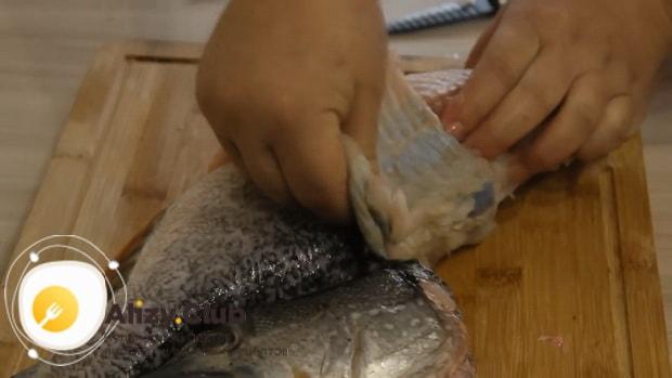 Для приготовления фаршированной щуки, снимите шкуру чулком