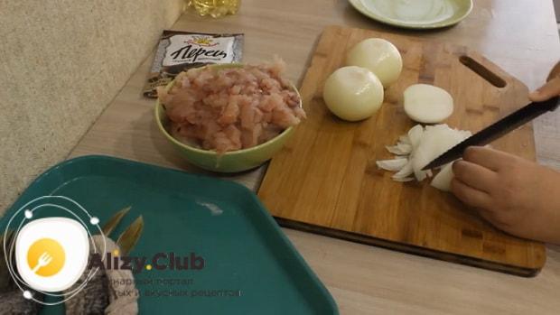 Для приготовления фаршированной щуки, нарежьте лук