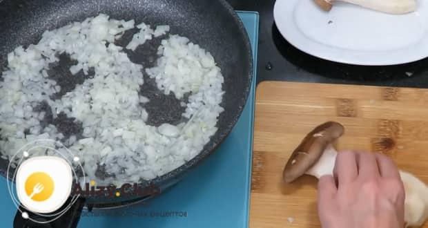По рецепту для приготовления фаршированных яиц обжарьте лук.