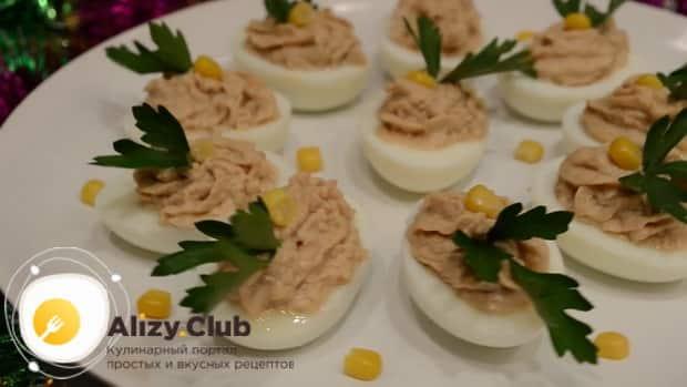 Вкусные фаршированные яйца приготовленные по простому рецепту готовы.
