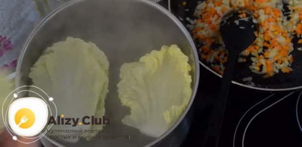 Для приготовления голубцов из пекинской капусты, отварите листы
