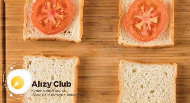 Для приготовления сэндвича с курицей. выложите помидоры