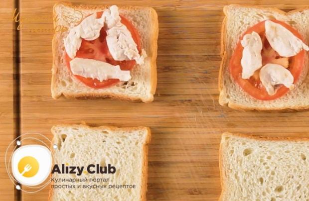 Для приготовления сэндвича с курицей. выложите мясо