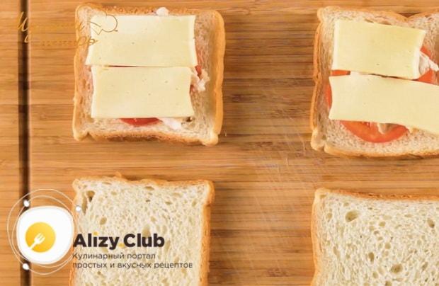 Для приготовления сэндвича с курицей. выложите сыр
