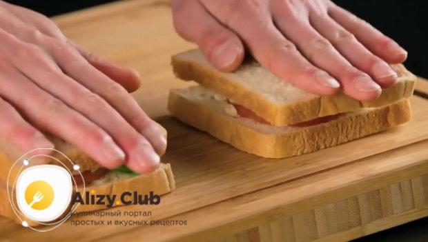 Для приготовления сэндвича с курицей. накройте хлебом