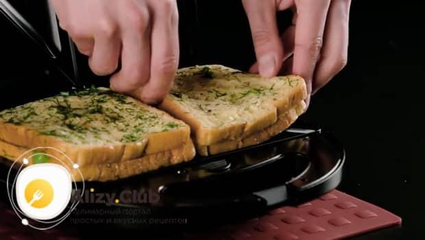 Для приготовления сэндвича с курицей. обжарьте
