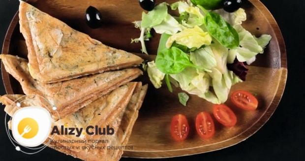 Вкуснейший сэндвич с курицей приготовленный по простому рецепту готов.