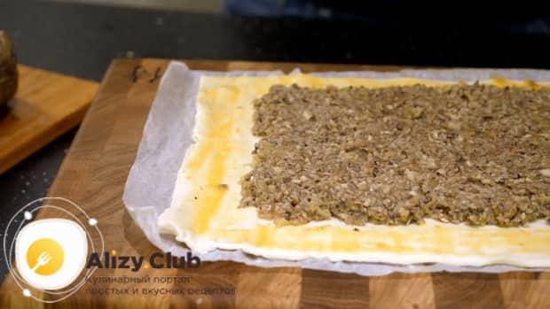 Для приготовления мяса веллингтон. по рецепту, выложите грибы на тесто