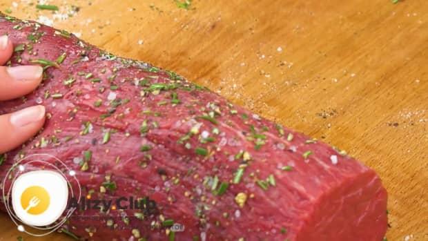 Для приготовления мяса веллингтон. по рецепту, добавьте специи