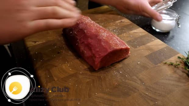 Для приготовления мяса веллингтон. по рецепту, посолите и поперчите мясо