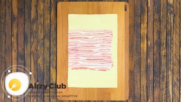 Для приготовления мяса веллингтон. по рецепту, положите бекон