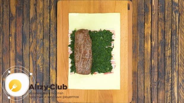 Для приготовления мяса веллингтон. по рецепту, положите мясо