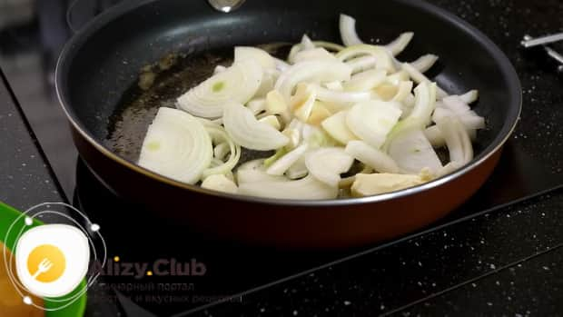 Для приготовления мяса веллингтон. по рецепту, обжарьте лук