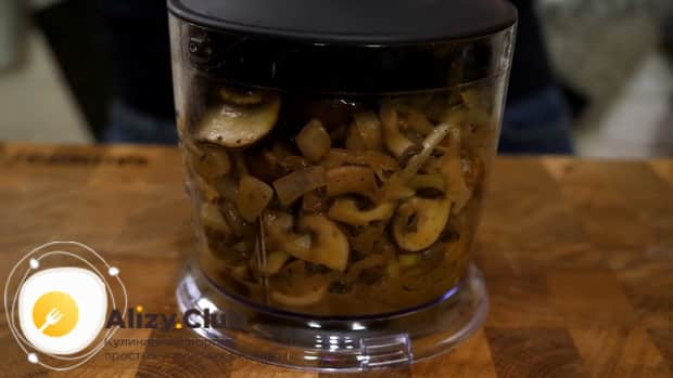Для приготовления мяса веллингтон. по рецепту, измельчите грибы