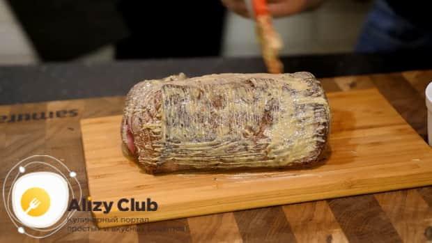 Для приготовления мяса веллингтон. по рецепту, смажьте горчицей мясо