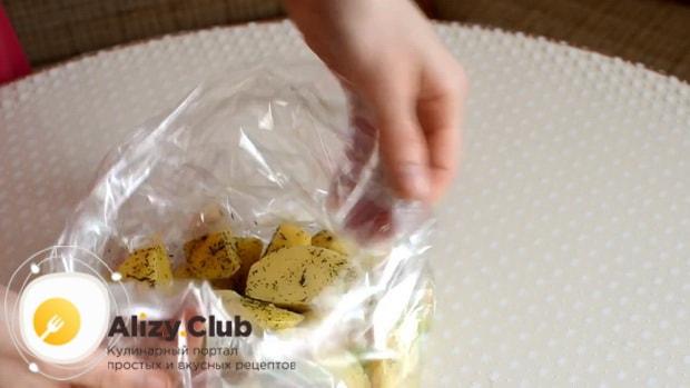 Для приготовления говядины с картошкой в духовке в рукаве, Выложите ингредиенты в рукав