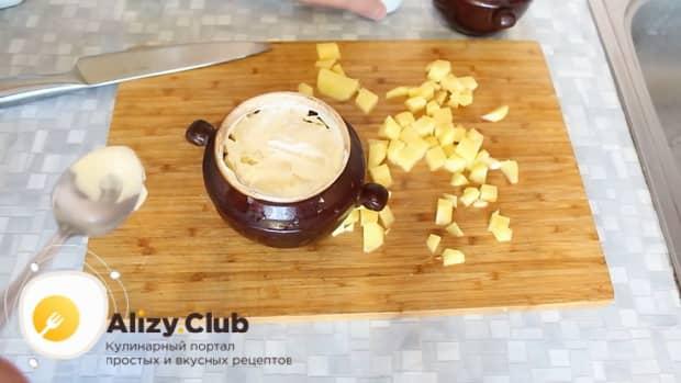 Для приготовления говядины с картошкой в духовке добавьте сметану