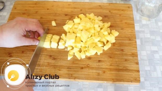 Для приготовления говядины с картошкой в духовке нарежьте картофель