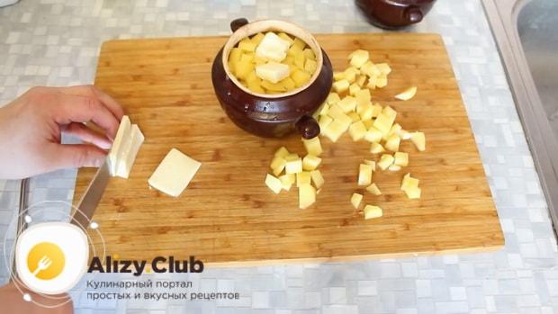 Для приготовления говядины с картошкой в духовке нарежьте сыр