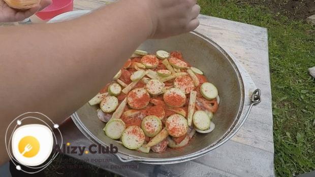 По рецепту для приготовления хашлама из баранины на костре, выложите ингредиенты слоями
